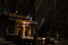 Атмосферическое здание камня виска в пещере падает солнечный свет штендера Стоковые Изображения