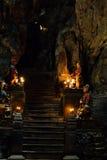 Атмосферическое здание камня виска в пещере падает солнечный свет штендера, Стоковое Изображение
