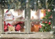 Атмосферическое окно рождества с Санта Клаусом Стоковое Изображение