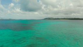 Атолл и голубое море, вид сверху Морской пейзаж по дням Сиаргао акции видеоматериалы