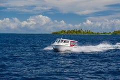 Атолл Ari, Мальдивы - 17-ое декабря 2015: Курсировать туристского быстроходного катера быстрый в море на Мальдивах, Индийском оке стоковые изображения