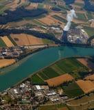 Атомная электростанция с взглядом s-глаза ` птицы загрязнение экологичности Стоковая Фотография RF