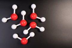 Атом химии модельный элементов воды молекулы научных Интегрированные частицы водопод и атом кислорода на черной предпосылке стоковые фотографии rf