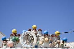 Атрибуты рыболовов на фасаде рыбацкого домика Стоковое Изображение