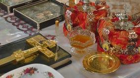 Атрибуты церков для свадебной церемонии Кроны золота на алтаре Атрибуты интерьера священника церков сток-видео