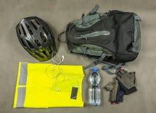 Атрибуты ` s велосипедиста для отключения вне города Стоковые Фотографии RF