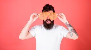 Атрибут партии солнечных очков и стильный аксессуар Штарка носки битника затеняет солнечные очки Битник человека бородатый носит стоковые фотографии rf