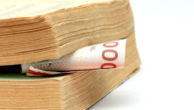 1000 датских крон между страницами старой книги Стоковые Изображения RF