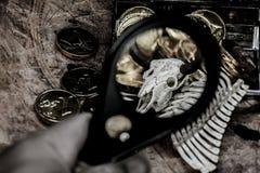 латунный комод чеканит сокровище черепа пирата карты польностью золотистого ножа компаса лежа старое очень Стоковое Изображение
