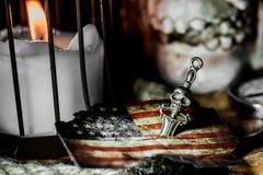 латунный комод чеканит сокровище черепа пирата карты польностью золотистого ножа компаса лежа старое очень Стоковая Фотография RF