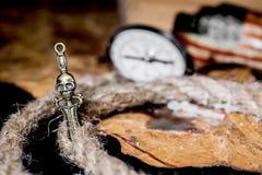 латунный комод чеканит сокровище черепа пирата карты польностью золотистого ножа компаса лежа старое очень Стоковые Фото