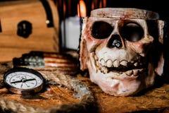 латунный комод чеканит сокровище черепа пирата карты польностью золотистого ножа компаса лежа старое очень Стоковые Изображения