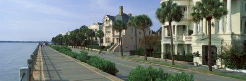 Атлантический океан с историческими домами Чарлстона, SC Стоковая Фотография RF