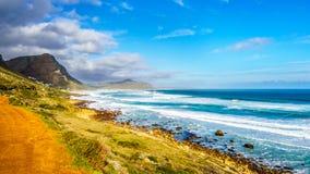 Атлантическое побережье вдоль дороги к пику ` s Чэпмена на маяке Slangkop Стоковое Фото