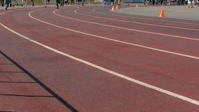 Атлетика бежать в стадионе видеоматериал