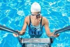 Атлетическая девушка в бассейне заплыва Стоковая Фотография RF