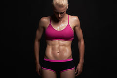 атлетическая девушка концепция спортзала мышечная женщина фитнеса, натренированное женское тело Здоровый уклад жизни Стоковое фото RF