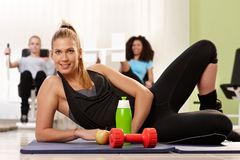 Атлетическая девушка представляя на оздоровительном клубе Стоковое Изображение RF