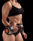 Атлетическая девушка с гантелями в руке Стоковое Изображение