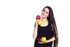Атлетическая девушка с яблоками Портрет красивой кавказской молодой женщины спорта, космоса для текста Стоковое Изображение RF