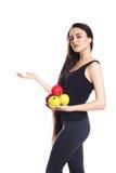 Атлетическая девушка с яблоками Портрет красивой кавказской молодой женщины спорта, космоса для текста Стоковое Фото