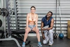 Атлетическая женщина и тренер усмехаясь на камере Стоковые Изображения RF