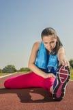 Атлетическая женщина - простирания Стоковое фото RF