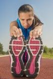 Атлетическая женщина - простирания Стоковые Изображения RF