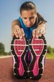 Атлетическая женщина - простирания Стоковое Изображение