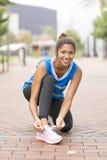 Атлетическая женщина счастья перед работать и тренировкой, здоровой стоковое изображение