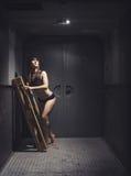 Атлетическая и красивая женщина в винтажном лифте Стоковые Изображения