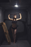 Атлетическая и красивая женщина в винтажном лифте Стоковые Фото
