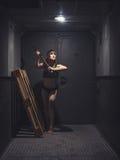 Атлетическая и красивая женщина в винтажном лифте Стоковая Фотография RF