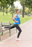 Атлетическая красивая латинская женщина работая и traing в парке стоковая фотография rf