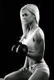 Атлетическая молодая женщина делая разминку фитнеса с весами стоковые фото