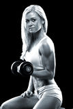 Атлетическая молодая женщина делая разминку фитнеса с гантелью Стоковое Фото