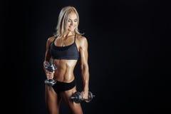 Атлетическая молодая женщина делая разминку фитнеса с dumbbels стоковая фотография rf