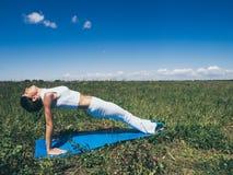 Атлетическая молодая женщина делая спорт работает снаружи уклад жизни принципиальной схемы здоровый Стоковая Фотография