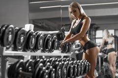 Атлетическая молодая blondy делая тренировка в спортзале Стоковые Фотографии RF