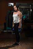 Атлетическая разминка женщины с чайником колоколом Стоковые Изображения RF