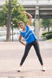 Атлетическая тренировка женщины и работать в улице, здоровом li стоковое изображение rf