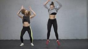 Атлетические женщины выполняя тренировку burpee видеоматериал