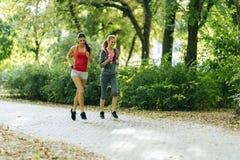 Атлетические женщины jogging в природе Стоковые Фотографии RF