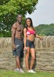 Атлетические и подходящие Афро-американские пары - делающ паузу во время разработайте Стоковые Фотографии RF