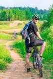 Атлетические пары на велосипедах на дороге глины Стоковые Изображения