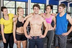 Атлетические люди и женщины представляя совместно Стоковое Фото