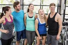 Атлетические люди и женщины представляя совместно Стоковые Фотографии RF