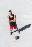 Атлетический баскетболист стоя на суде Стоковые Изображения RF