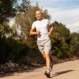 Атлетический бегун человека jogging в природе внешней Стоковое Фото