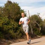 Атлетический бегун человека jogging в природе внешней Стоковая Фотография